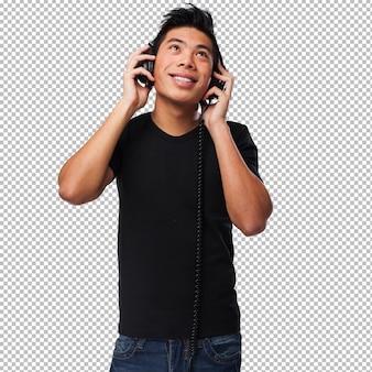Młody chiński mężczyzna słucha muzyka