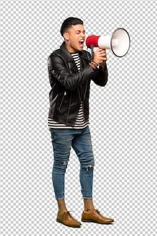 Młody człowiek krzyczy przez megafon