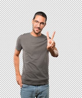 Młody człowiek robi gestowi numer dwa