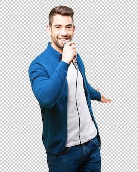 Młody człowiek śpiewa z mikrofonem