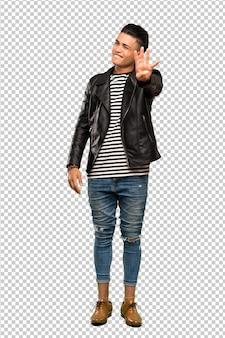 Młody człowiek szczęśliwy i licząc cztery palcami