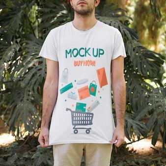 Młody człowiek ubrany t shirt makieta