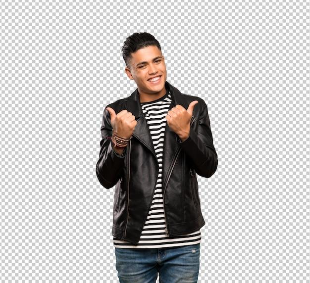 Młody człowiek z aprobata gestem i ono uśmiecha się