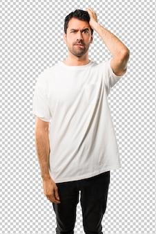 Młody człowiek z białą koszulę z wyrazem frustracji i niezrozumienia