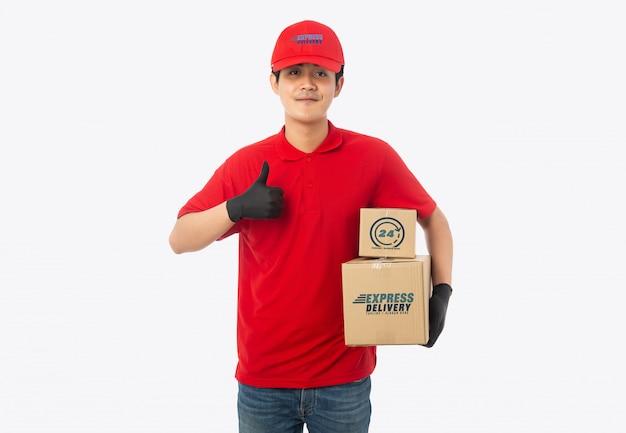 Młody doręczeniowy mężczyzna trzyma papierowego karton