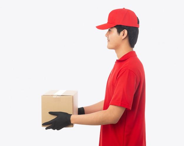 Młody doręczeniowy mężczyzna trzyma papierowego kartonu makieta