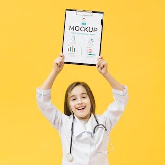 Młody dzieciak przebrany za lekarza