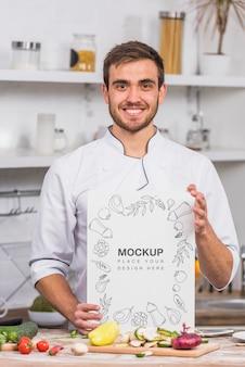 Młody kucharz uśmiechnięty widok z przodu