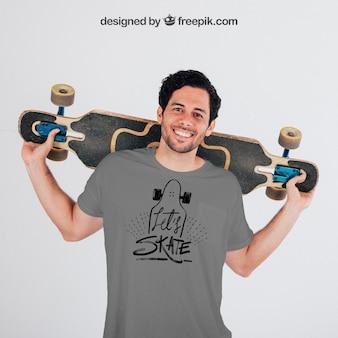 Młody łyżwiarz z szarą t-shirt jest makiety