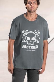 Młody mężczyzna deskorolkarz z makietą t-shirt