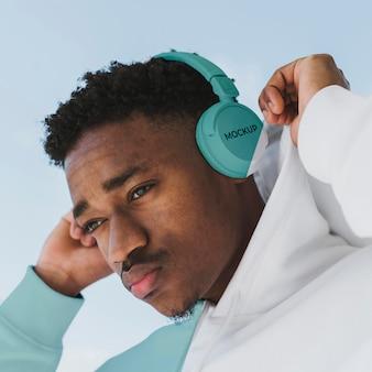 Młody mężczyzna portret z makieta słuchawek