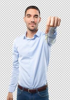 Młody mężczyzna trzyma klucze