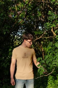 Młody mężczyzna ubrany na zewnątrz w atrapę koszulki