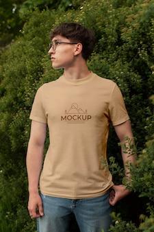 Młody mężczyzna ubrany w makietę koszulki