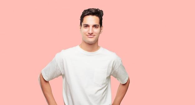 Młody przystojny mężczyzna o dumnym, zadowolonym i szczęśliwym wyglądzie