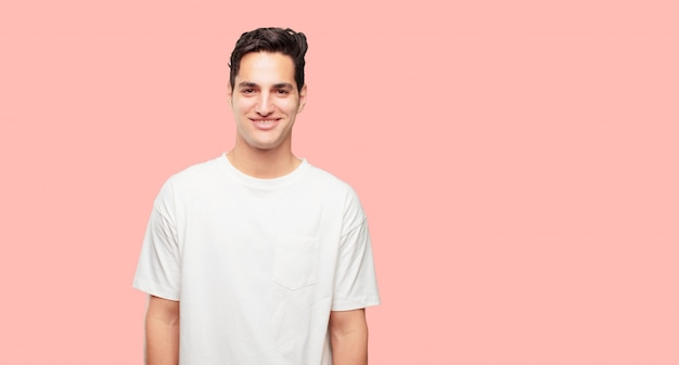 Młody przystojny mężczyzna o zadowolony i szczęśliwy wygląd