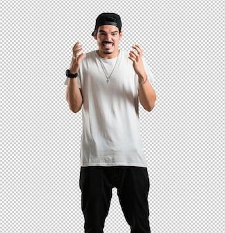 Młody raper jest bardzo zły i zdenerwowany, bardzo spięty, krzyczy wściekły, negatywny i szalony