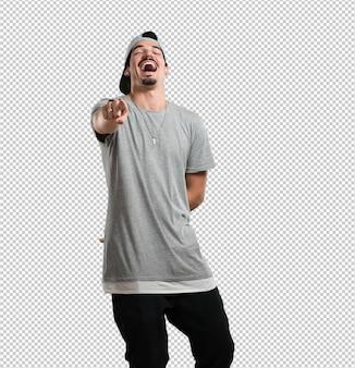 Młody raper mężczyzna krzyczy, śmieje się i żartuje z innego, koncepcja kpiny i niekontrolowanej