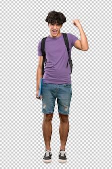 Młody studencki mężczyzna świętuje zwycięstwo