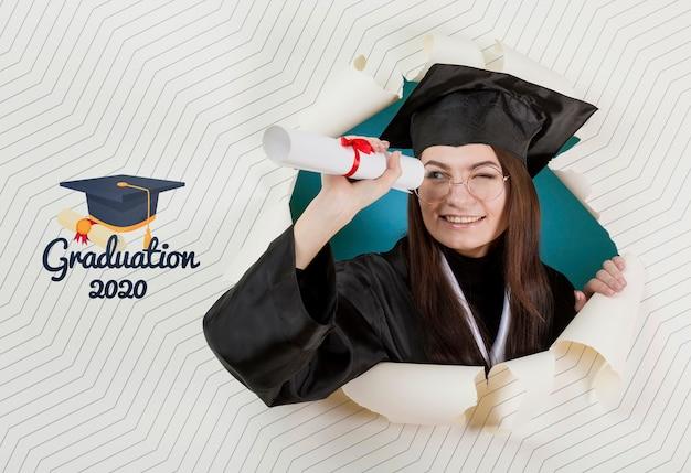 Młody student szczęśliwy ukończeniu uniwersytetu
