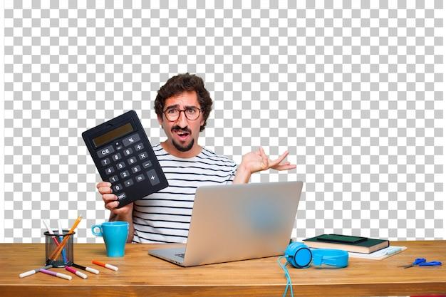 Młody szalony projektant graficzny na biurku z laptopem iz kalkulatorem