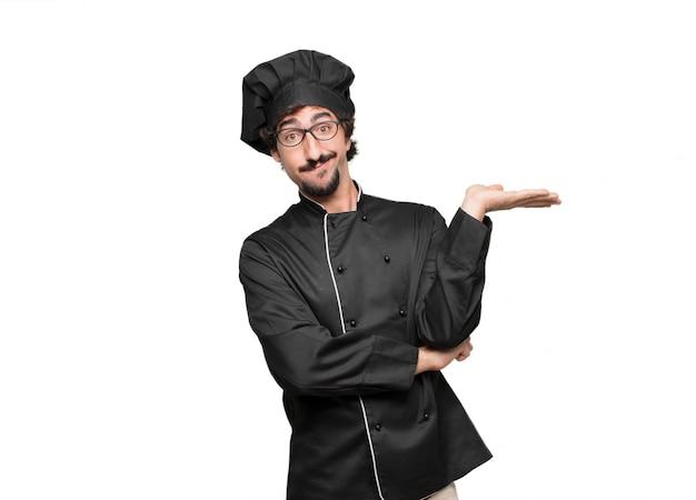 Młody szef kuchni o dziwacznym i zdezorientowanym wyglądzie, wątpiący w różne wybory