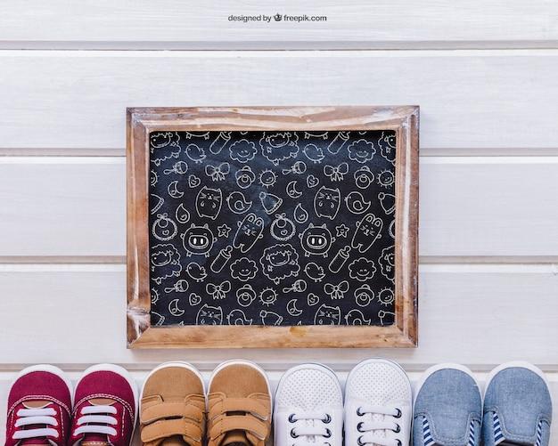 Mockup dla dzieci z łupkiem i butami poniżej