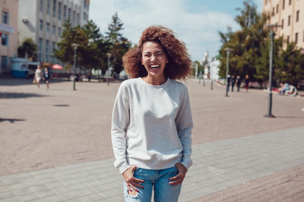 Model kobiety z pustym bluzie makieta szablon