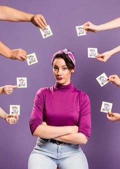 Model otoczony karteczkami samoprzylepnymi