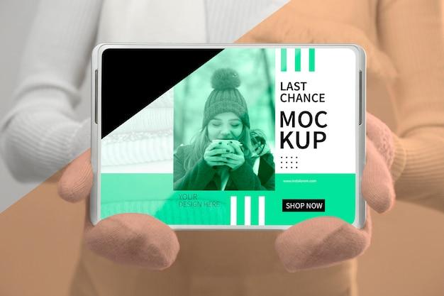 Model w rękawiczkach trzymając makietę tabletu