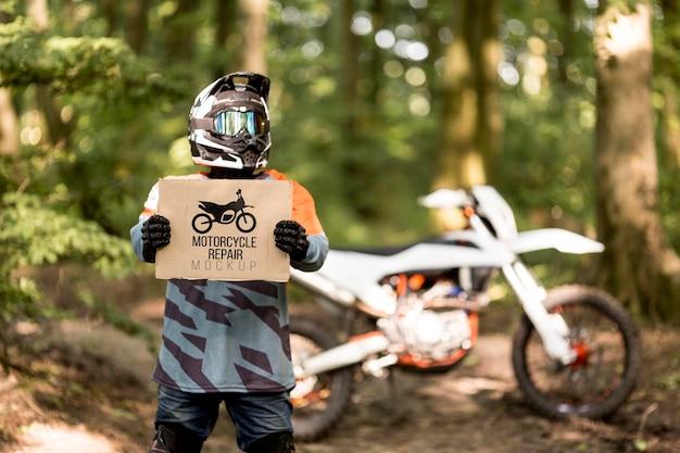Motocyklista trzymając znak