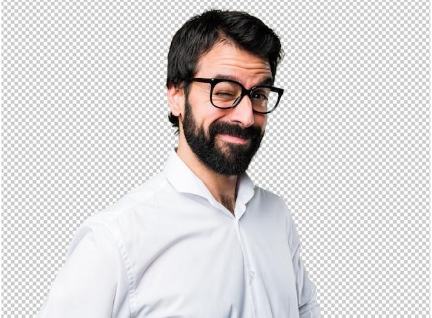 Mrugający przystojny mężczyzna w okularach