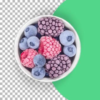 Na białym tle mrożone owoce jagodowe na białej misce