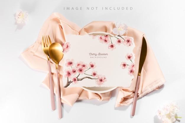 Nakrycie stołu z makietą karty do menu i ulotek
