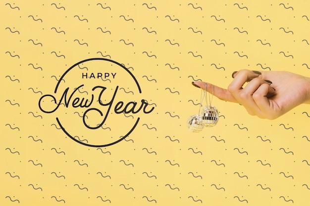 Napis na nowy rok z świąteczną kulą dyskotekową