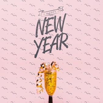 Napis na nowy rok ze złotymi konfetti