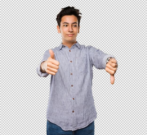 Nastolatek robi sprzeczny gest