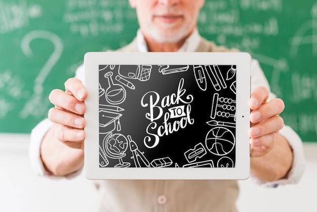 Nauczyciel trzyma ramkę z makiety