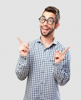 Nerd uśmiechnięty i bawiący się jak nerd
