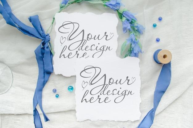 Niebieskie zaproszenie na ślub zestaw makiet ozdobiony jedwabną wstążką, kryształkami i wieńcem panny młodej