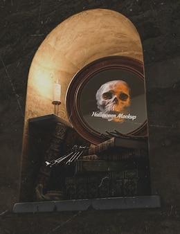 Niski widok halloween okrągłe ramki z czaszką i stos książek