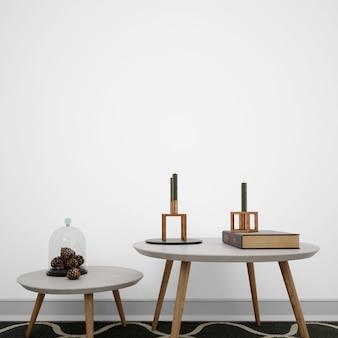 Niskie stoły z dekoracyjnymi przedmiotami
