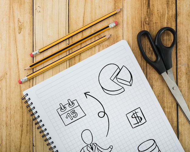 Notatnik makieta obok ołówków i sissors