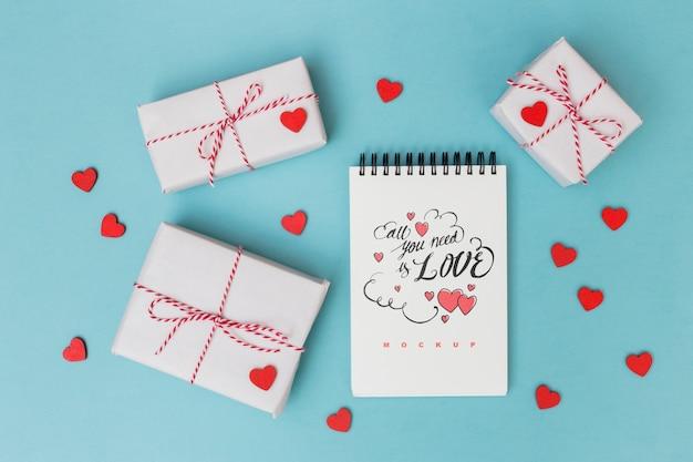 Notatnik makieta obok pudełka na prezenty dla valentine
