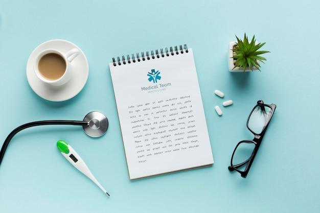 Notatnik na biurku medycznym