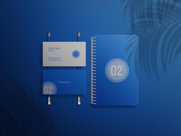 Notatnik z niebieskim pierścieniem i makieta logo wizytówki