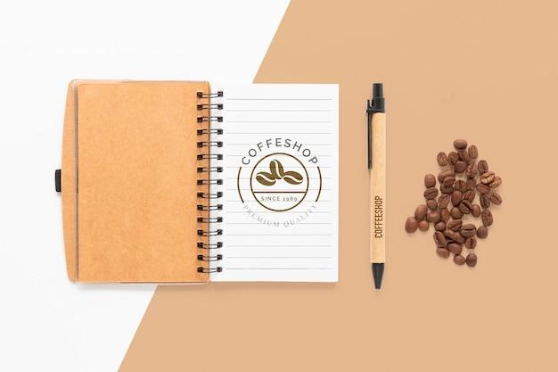 Notatnik z widokiem z góry i ziarna kawy