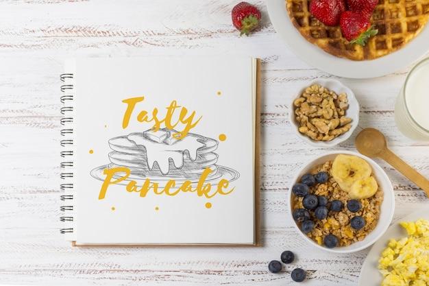 Notebook makieta z koncepcją śniadanie