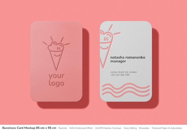 Nowoczesna, zaokrąglona makieta wizytówki z wytłoczonym nadrukiem