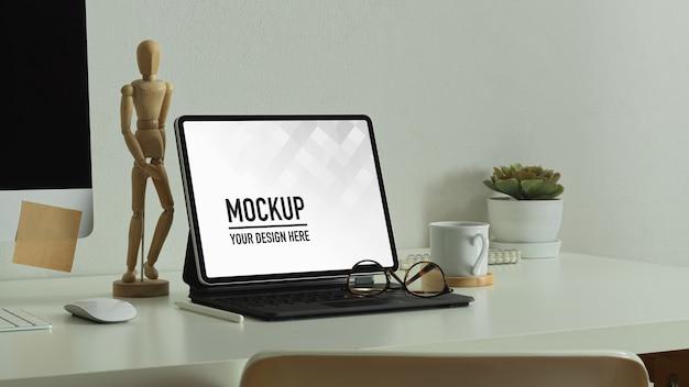 Nowoczesny pokój biurowy z makietą tabletu z ekranem